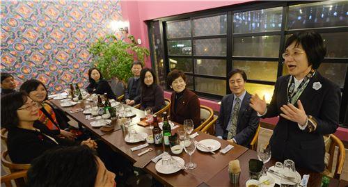 13일 저녁 서울 인사동의 한 퓨전 레스토랑에서 열린 아시아 여성 리더스 포럼 1~2기 멘토단 모임에서 권선주 IBK기업은행장(오른쪽)이 인사말을 하고 있다.