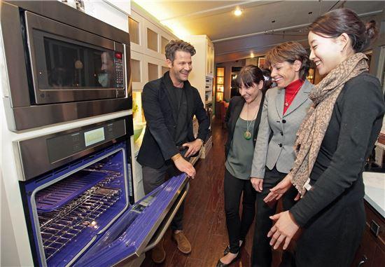 ▲프리미엄 주방가전 패키지 'LG 스튜디오'와 손잡은 디자이너 네이트 버커스(왼쪽)가 미국 라스베이거스에서 개막한 KBIS/IBS 전시회에서 관람객들에게 디자인 트렌드를 설명하고 있다.