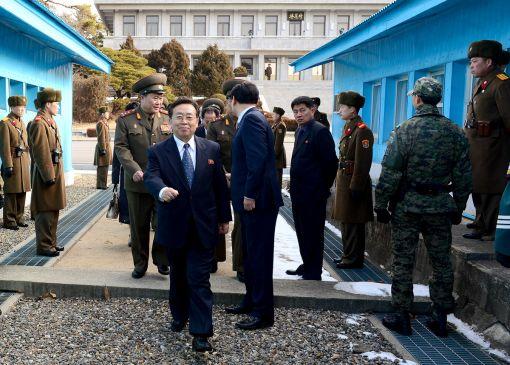 12일과 14일 열린 남북 고위급접촉 참석을 위해 군사분계선을 넘고 있는 북측 수석대표 원동연 부부장(사진=통일부 제공)