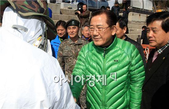 [포토]박준영 전남지사,여수 기름제거 작업 현장 방문