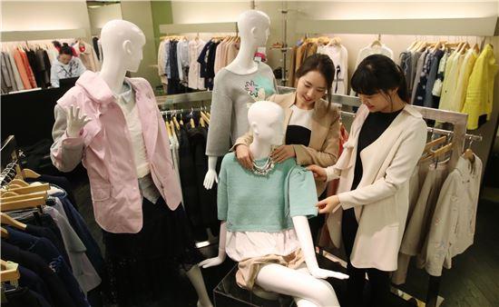 """[포토]현대百, """"화사한 봄 옷 준비하세요~!"""""""