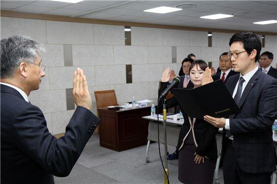 나동민 NH농협생명 대표이사(왼쪽)가 임직원 대표가 낭독하는 '2014년 윤리경영 실천결의문'을 듣고 있다.
