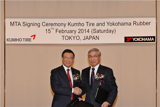 지난 15일 일본 도쿄에서 열린 금호-요코하마 기술제휴 본계약 조인식에서 박삼구 금호아시아나그룹 회장과 나구모 타다노부 요코하마 고무㈜ 회장이 기념촬영을 하고 있는 모습.