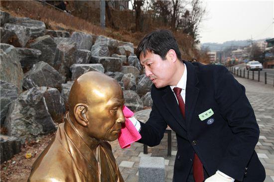 김영배 성부구청장이 만해 한용운 선생 동상을 수건으로 닦고 있다.