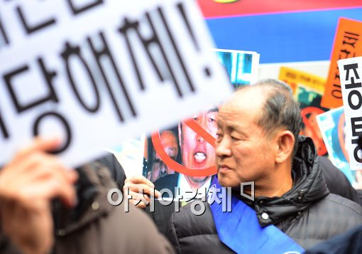 [포토]통진당 해산 2차 변론 열린 헌재 앞에서 보수단체 시위열어