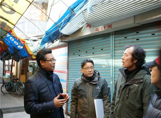 성장현 용산구청장(왼쪽)이 현장을 찾아 주미과 대화를 나누고 있다.