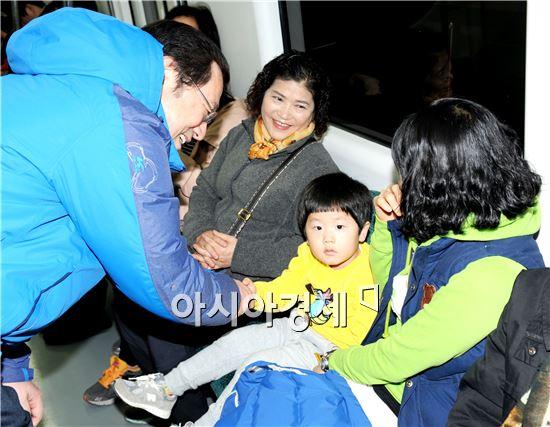 민주당 후보로 광주시장 출마를 선언한 이용섭 의원이 광주지하철을 탑승 어린이와 악수를 하고 있다.