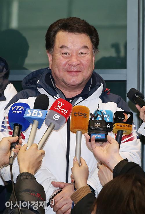 [포토] 인터뷰 갖는 컬링 대표팀 정영섭 감독