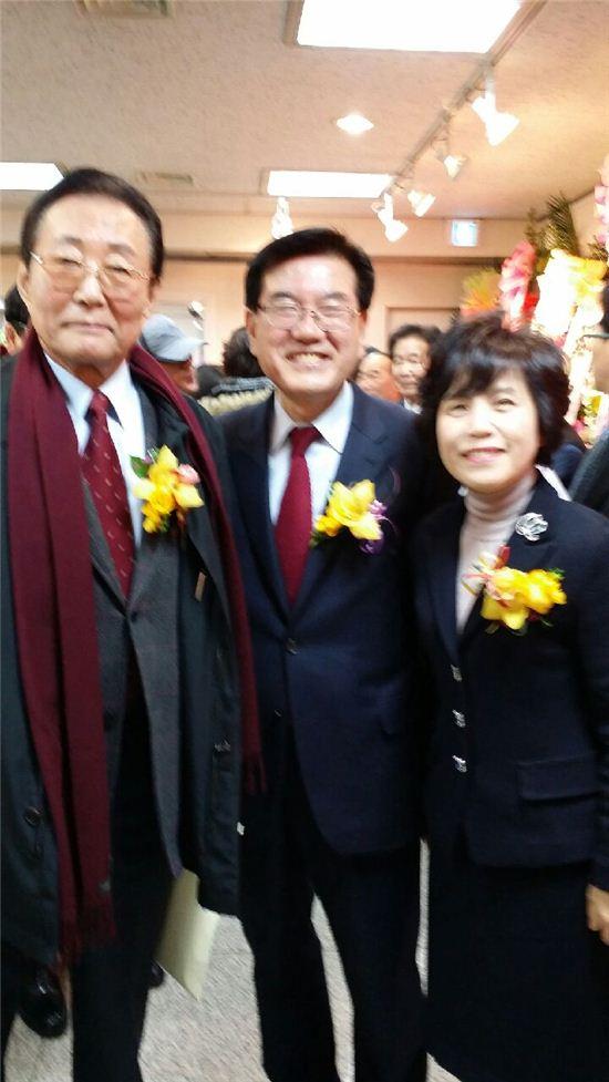 고건 전 총리(왼쪽)과 유덕열 구청장, 부인 정승교 교수