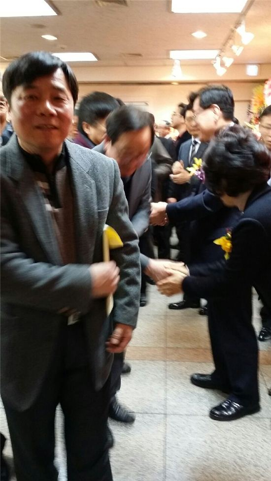 유덕열 구청장과 부인 정승교 교수(오른쪽)이 출판기념회 참가자들을 맞고 있다.