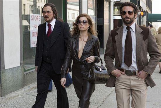[주말엔 영화]이토록 매력적인 사기꾼들…'아메리칸 허슬'