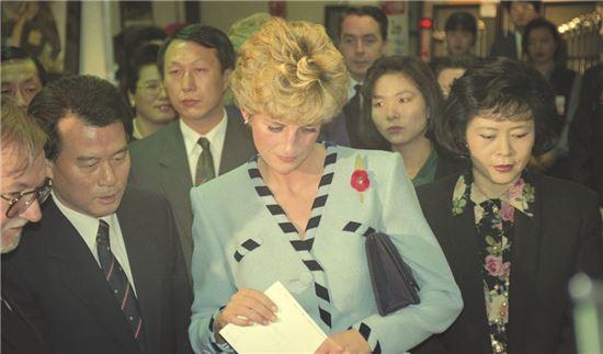 1992년 영국물산전에 참석한 영국 다이애나비. 강진우 전 롯데쇼핑 대표(사진 왼쪽), 신영자 롯데장학재단 이사장(다이애나비 오른쪽)