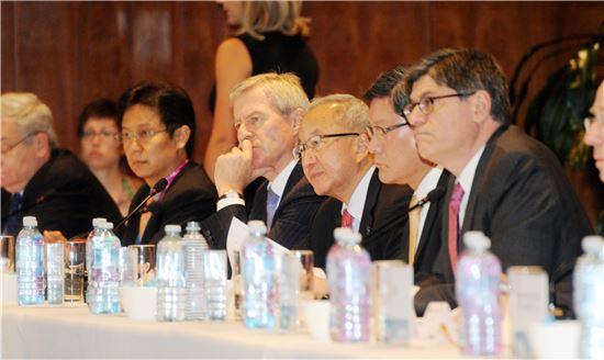 ▲현오석 부총리 겸 기획재정부 장관이 22일 제이콥류 미재무장관 등 각국 장관들과 함께 G20 재무장관·중앙은행총재 회의를 하고 있다.