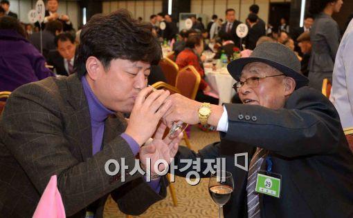 [포토]'한잔 마시게~'