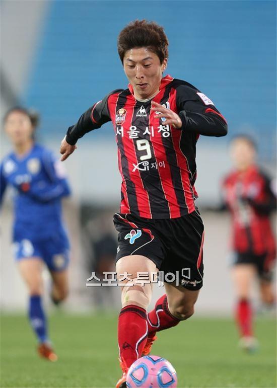 박은선이 지난 26일 러시아의 로시얀카 WFC와 이적 협상을 위해 출국했다.