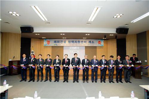 사진 왼쪽 6번째부터 이노근 국회의원, 서승환 국토부장관, 최재덕 해외건설협회장