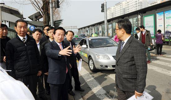 강운태 광주광역시장은 27일 오전 광주종합버스터미널 일대를 찾아 교통상황을 점검하고 있다.