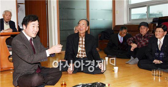 민주당 이낙연 의원이 1일 3ㆍ1절을 맞아 영암 출신 독립유공자 유족 류웅씨(79)를 찾아 격려하고 있다.
