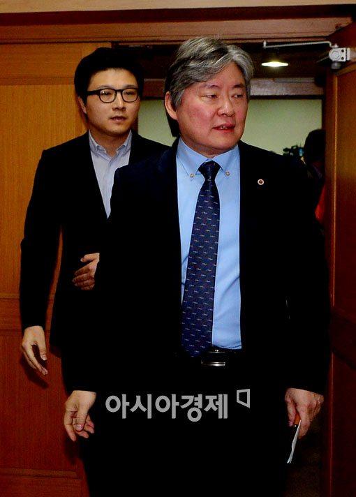 [포토]회견장 떠나는 노환규 의사협회장-송명제 전공의 비대위원장