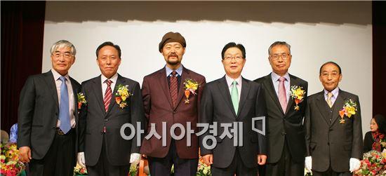 지난 2월28일 정년퇴임한 전남대 교수들이 지병문총장과 함께 기념촬영을 하고 있다. (왼쪽부터 이도재·나간채·남의천 교수, 지병문 총장, 배종성·이순기 교수)