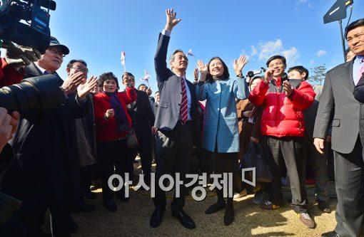 [포토]손 흔드는 정몽준 의원-부인 김영명씨