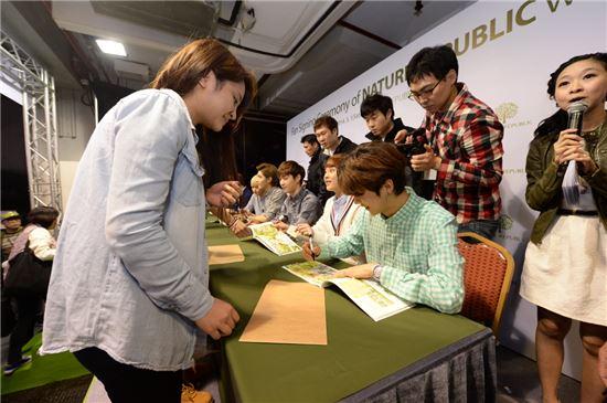 네이처리퍼블릭, 홍콩서 엑소 팬사인회 개최