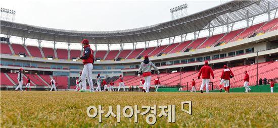 KIA타이거즈 선단이 6일 개장을 앞둔 새 야구장 '광주-기아챔피언필드'에서 연습을 하고 있다.
