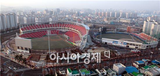 광주 새야구장 '광주-기아챔피언스필드와 무등야구장(오른쪽)