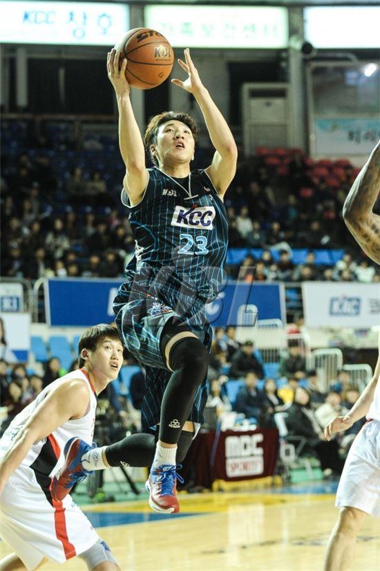 ▲전주 KCC의 김민구(가운데) (사진; KBL 제공)