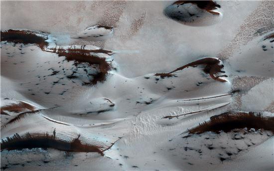 ▲화성에 봄이 찾아오면서 드라이아이스가 녹아들고 있다.[사진제공=NASA/JPL-Caltech/Univ. of Arizona]