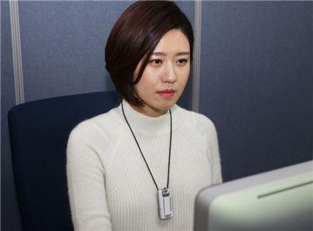 동국제약 직원이 에어테이머를 걸고 근무하고 있다.