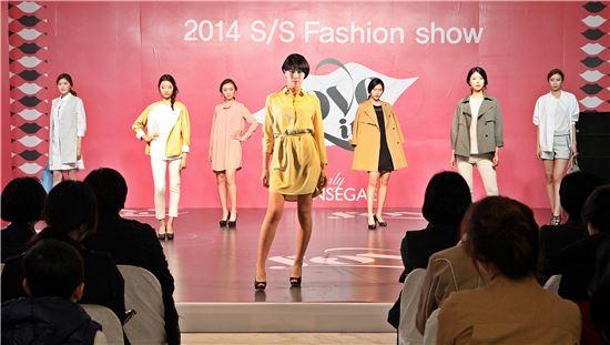 8일 (주)광주신세계(대표이사 유신열) 1층 컬쳐스퀘어에서 열린 '2014 S/S Fashion show'에서 전남과학대 모델학과 재학생들이 올 상반기 패션 트렌드를 담은 의상을 선보이고 있다.