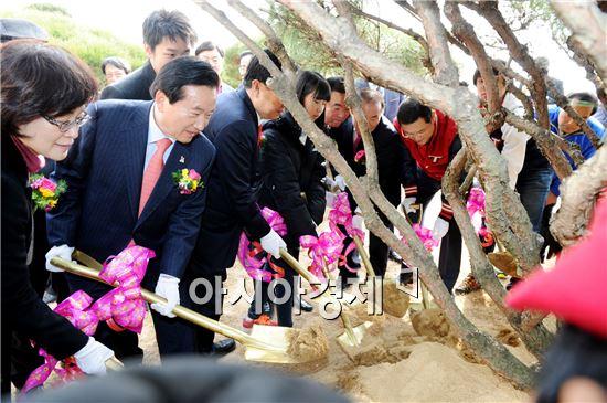 [포토]광주 새야구장 기념식수 하는 강운태 광주시장