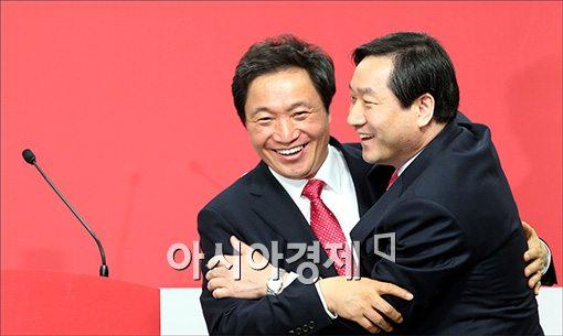 [포토]포옹하는 유정복·이학재