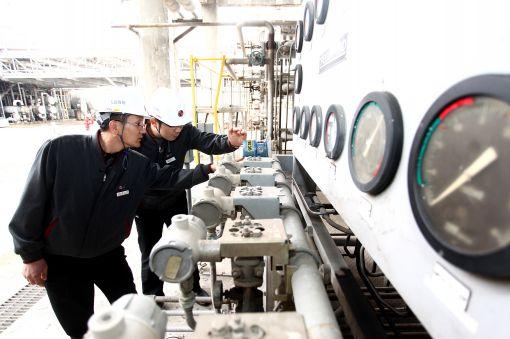 LG화학 여수공장 직원들이 생산설비를 점검하고 있는 모습.