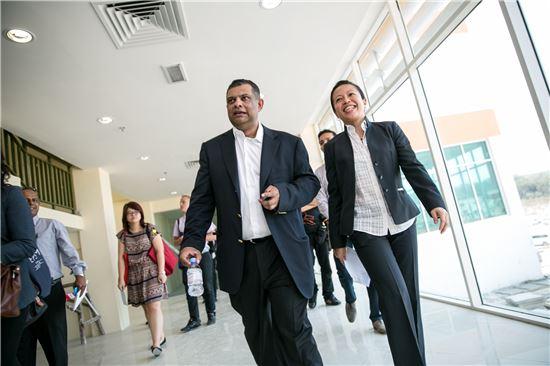 기자들과 함께 학교 내부를 둘러보고 있는 토니 페르난데스 이사장(왼쪽)과 조이스 라이 Educ 8 그룹 CEO.
