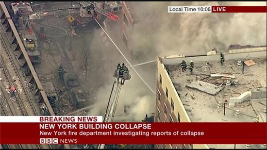 ▲미국 뉴욕 맨해튼 이스트할램에서 아파트 2채가 폭발로 붕괴됐다. (출처: BBC 뉴스 화면 캡처)