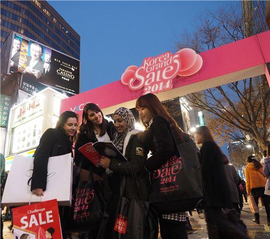 2014코리아그랜드세일, 명동에서 쇼핑을 즐기는 외국인들