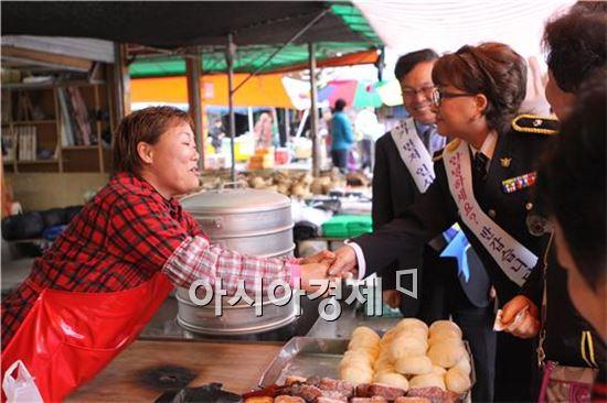 구례경찰, 가수 장미화씨와 먼저 인사하기 운동 펼쳐
