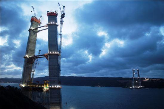 현대건설과 SK건설이 진행중인 터키 이스탄불 보스포러스 제3대교 건설현장. 다리의 무게를 지탱할 두개의 주탑이 어둠속에서 빛을 내뿜고 있다.