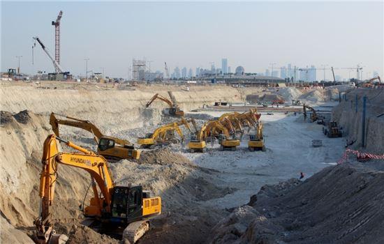 현대건설은 카타르의 신도시 루사일에서 도하의 신 중심인 알 와다(Al Wahda) 인터체인지까지 약 6㎞에 이르는 고속도로 확장공사를 진행 중이다. 현장에서 수십여대의 굴착기가 도로 포장에 앞서 땅을 파내는 등 기초공사를 하고 있다.