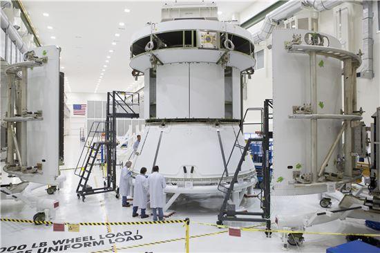 ▲나사 기술자들이 오리온의 서비스모듈을 점검하고 있다.[사진제공=NASA]