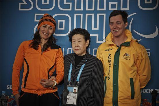 17일 소치 동계 패럴림픽 폐회식에서 '황연대 성취상'을 수상한 비비안 멘텔-스피(왼쪽)와 토비 케인(오른쪽)이 황연대 박사와 기념사진을 찍고 있다.[사진=대한장애인체육회 제공]
