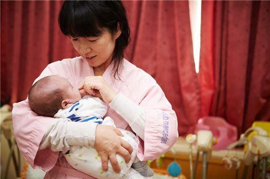 미래에셋박현주재단이 지난 15일 서울 역삼동 영아일시보호소에서 60여명의 영아들을 만나 봉사활동을 진행했다.