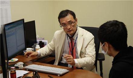 양철우 가톨릭대학교 서울성모병원 교수가 환자를 진료하고 있다.
