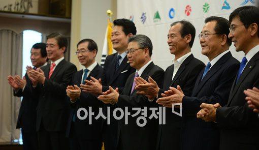 [포토]밝은 표정의 전국시도지사협의회 참석자들