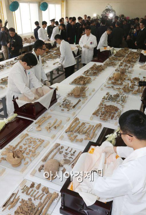 [포토]중국군 유해 입관하는 유해발굴단 들