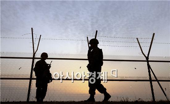 전방초소에서 경계근무를 서고 있는 육군