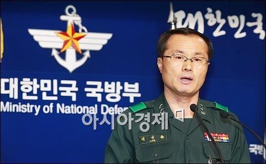 백낙종 국방부 조사본부장이 19일 서울 용산구 국방부 브리핑실에서 사이버사령부 '대선 댓글 의혹' 사건 최종수사결과를 발표하고 있다.