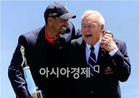 아널드 파머(오른쪽)가 지난해 우즈의 아널드파머인비테이셔널 우승 당시 함께 이야기를 나누며 웃음을 터뜨리고 있는 장면. 사진=Getty images/멀티비츠